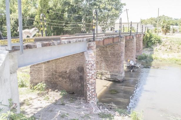 Azul: avance del ensanche del arroyo y la limpieza de canales aliviadores