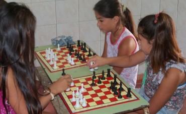 Clases de ajedrez en el barrio AOMA