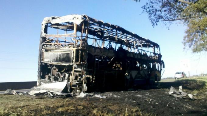 Se incendió un micro con pasajeros en Ruta 226