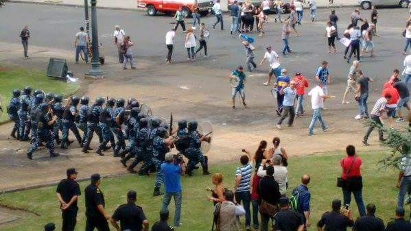 Reprimen a municipales despedidos en La Plata