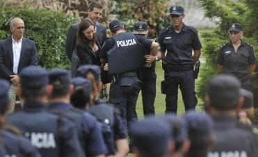 Vidal entregó chalecos antibalas para la policía