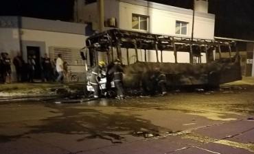 Gran incendio de micro cerca de Barrio CECO