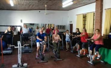 Dictan clases de gimnasio multiactivo para adultos