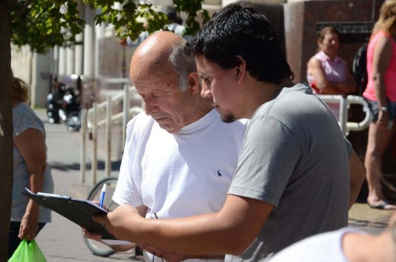 Unidad ciudadana junta firmas contra la reforma previsional