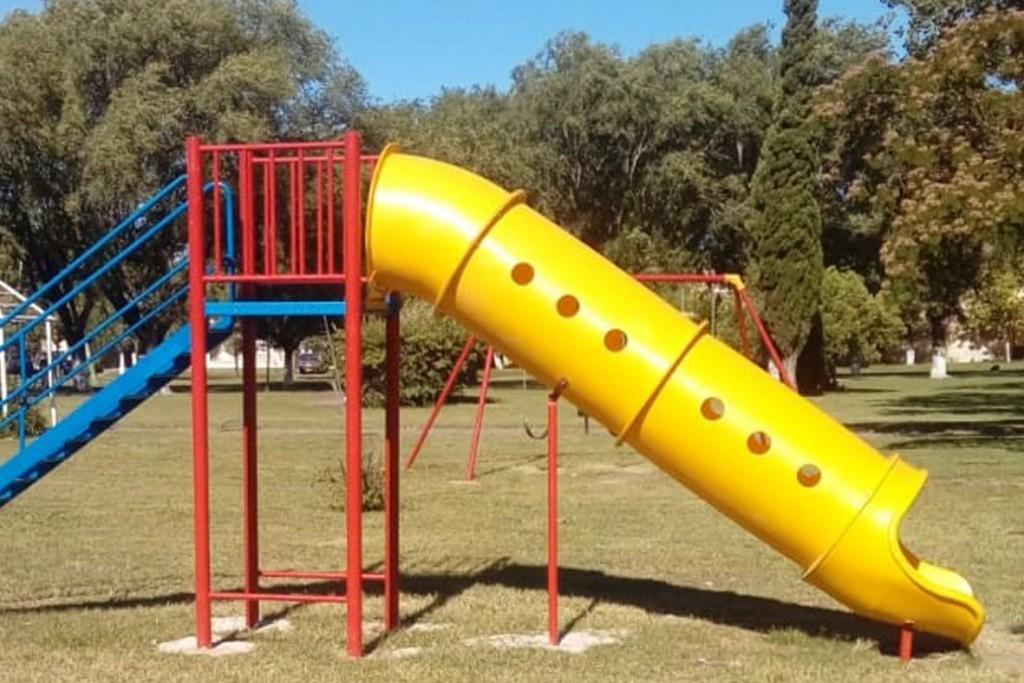 Se inició la colocación de nuevos juegos infantiles en las localidades