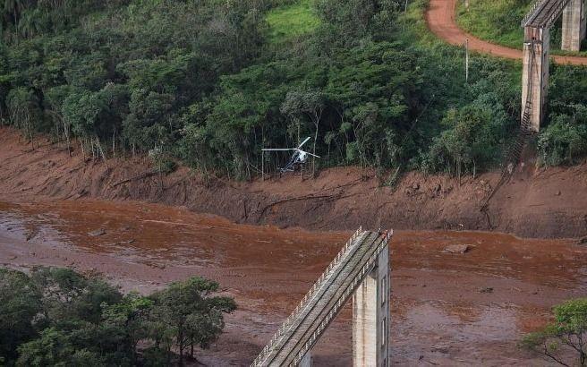 Derrame en Brasil: Bolsonaro sobrevoló la zona del desastre mientras buscan a 413 desaparecidos