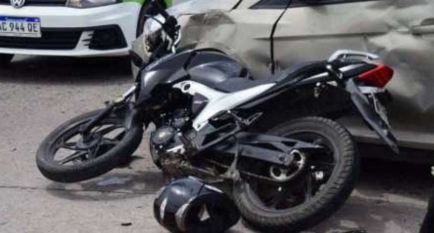 Continúa grave pero estable el joven que chocó con la moto