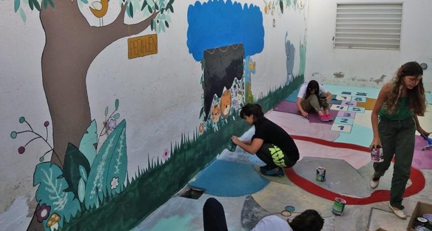 Políticas de Juventud pintó un mural en el Hogar Peñihuen