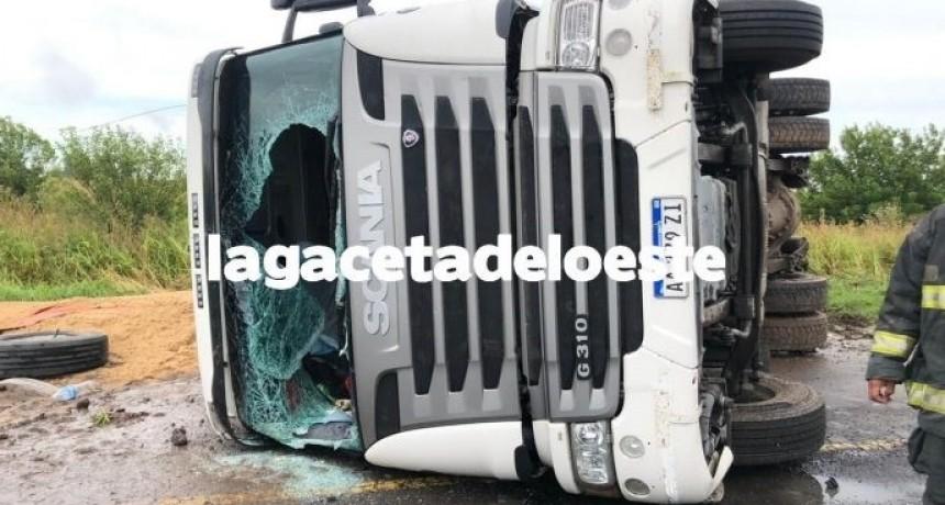 Volcó un camión cargado de arena sobre Ruta provincial 51