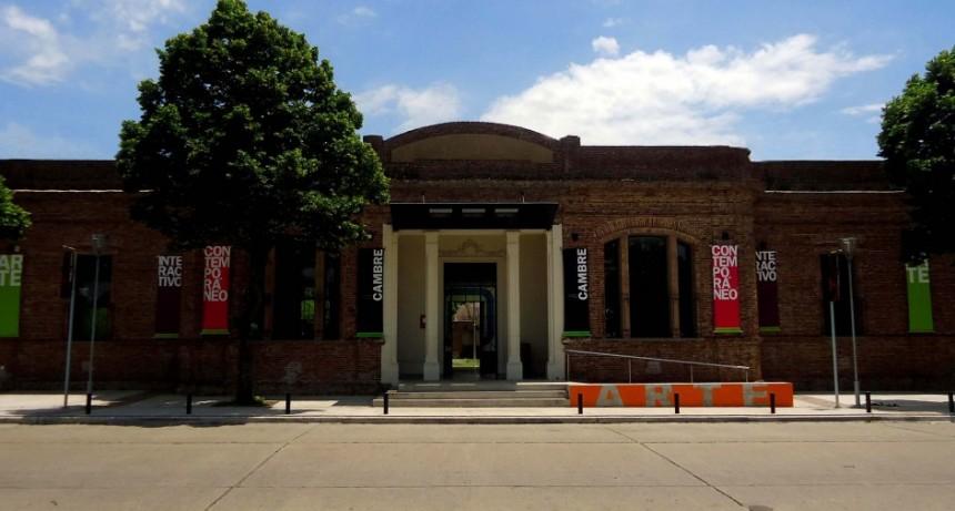 Payasos y malabaristas en el Centro Cultural Municipal