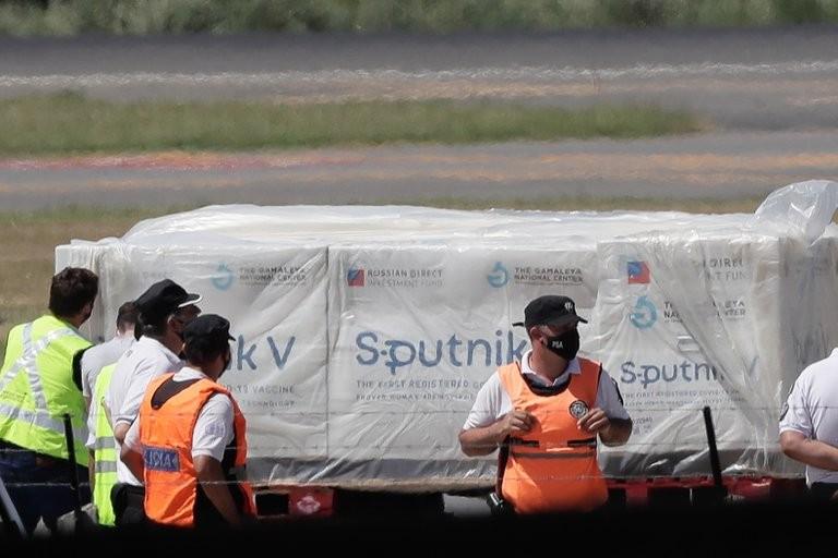 Otra vez se postergó el vuelo a Moscú para traer un nuevo cargamento de la vacuna rusa contra el coronavirus