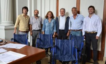 Donaron cuatro sillas de ruedas por parte de ACARA