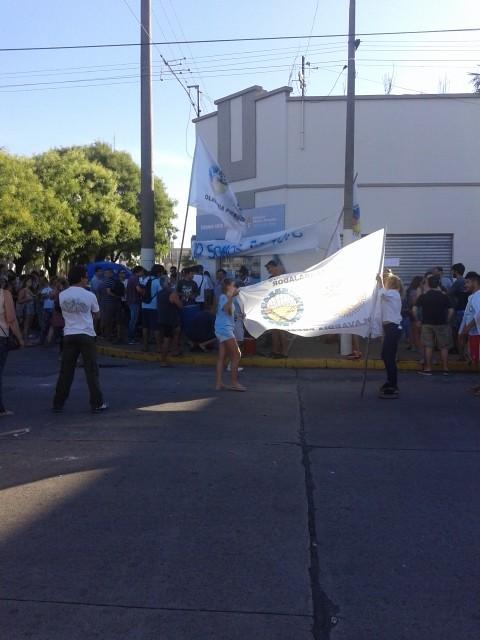 Referentes políticos y gremiales participaron de la concentración en el CDR