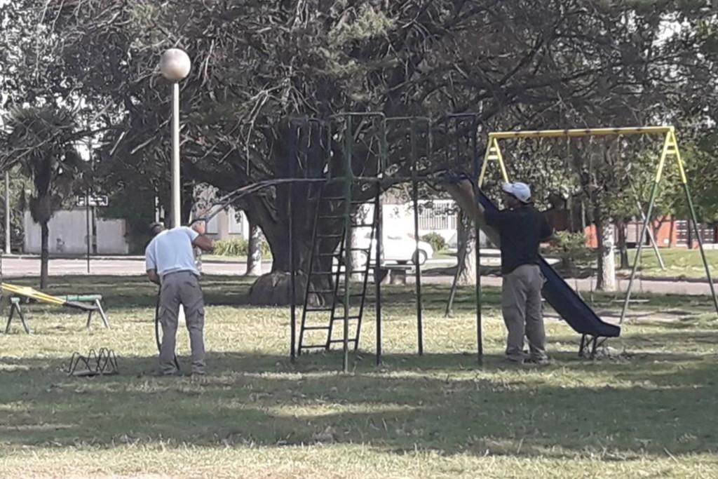 Personal municipal realiza mejoras en espacios públicos de Loma Negra