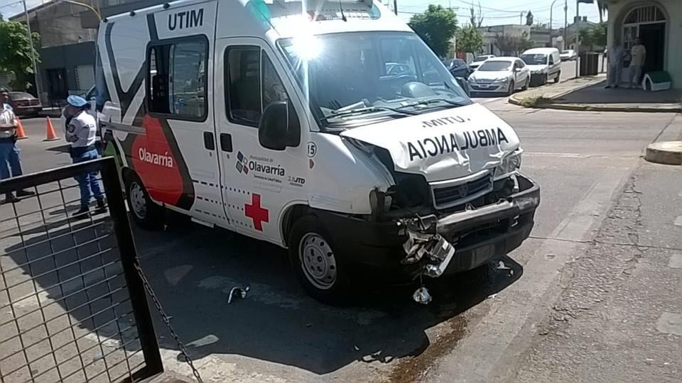 Una  mujer herida: Fuerte choque entre auto y ambulancia