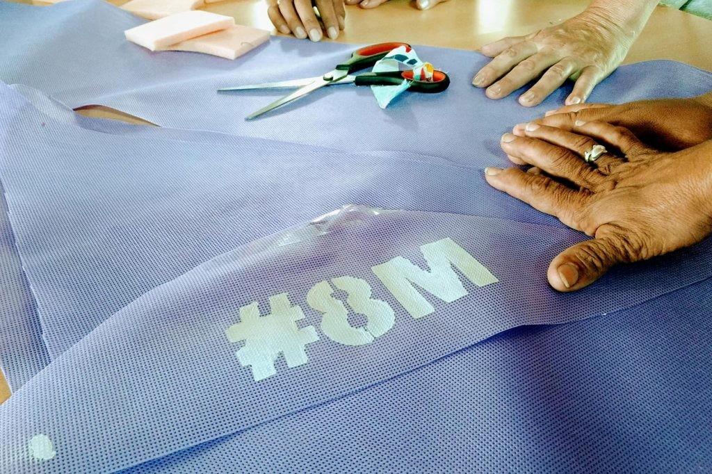 """Integrantes del taller """"Pequeños Pasos"""" confeccionan pañuelos para la movilización del 8 de marzo"""