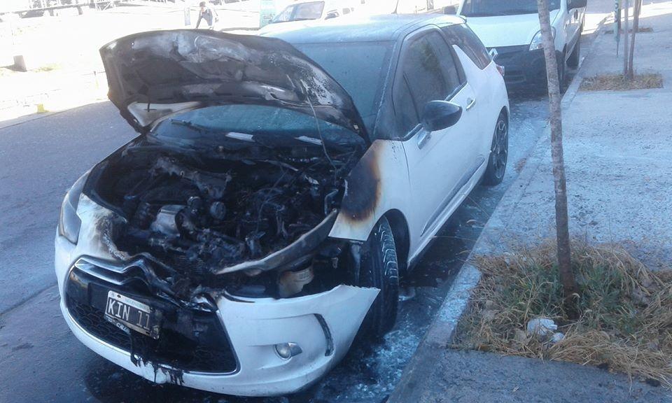 Un auto sufrío daños al incendiarse