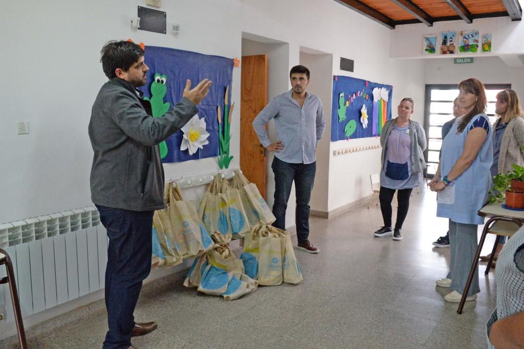 El intendente repartió los primeros kits escolares en Villa Aurora