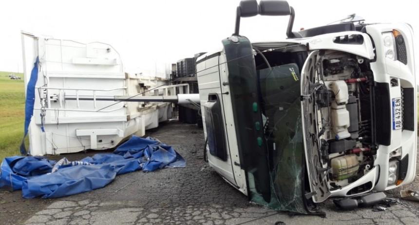 Fuertes vientos en Azul provocaron el vuelco de camiones
