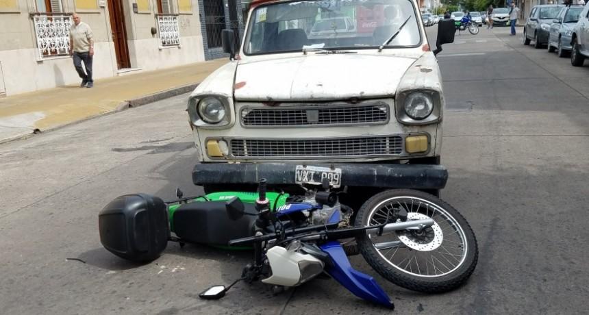 Camioneta se llevó por delante a una moto policía