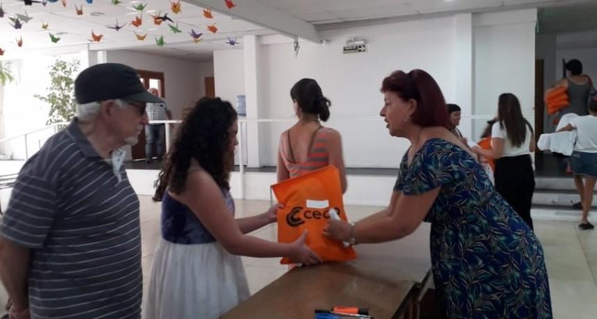 El CECO entrega 500 kits escolares y guardapolvos