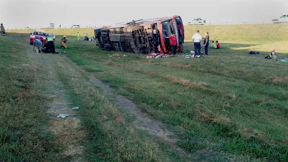 Volcó un micro en la Autovía 2: hay dos muertos y al menos 14 heridos