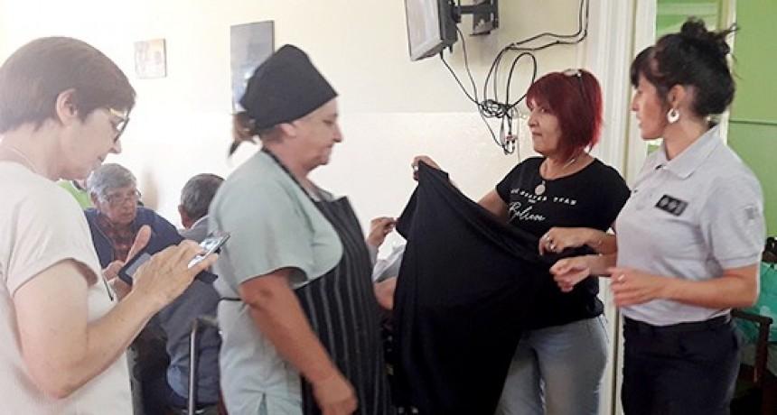 Internas trans de la Unidad Nº 2 confeccionaron camisones y pijamas para  el Hogar de Ancianos