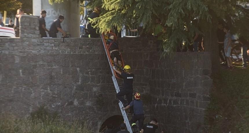 Rescataron a un hombre que cayó al arroyo