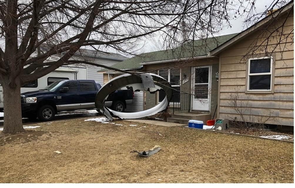 Fragmentos de un avión averiado caen sobre casas en la ciudad de Denver