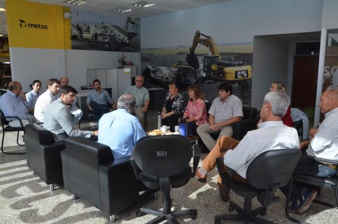 El Intendente Galli con funcionarios municipales visitaron Finning Olavarría y observaron el funcionamiento del simulador