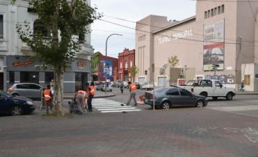 El Gobierno Municipal realiza trabajos de demarcación de sendas peatonales