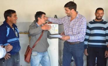 Galli entregó un subsidio a beneficiarios de Olavarría Construye