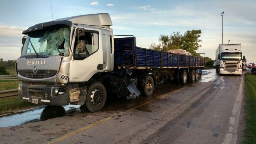 Se desprendió parte de una cosechadora e impactó contra un camión
