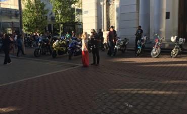 Motoqueros se oponen al uso de casco y chaleco patentado