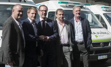 El Ministerio de Salud entregó ambulancias a distritos de la región