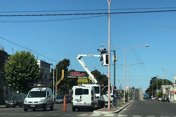 Cámaras en semáforos: Además del cruce en rojo, invasión de sendas