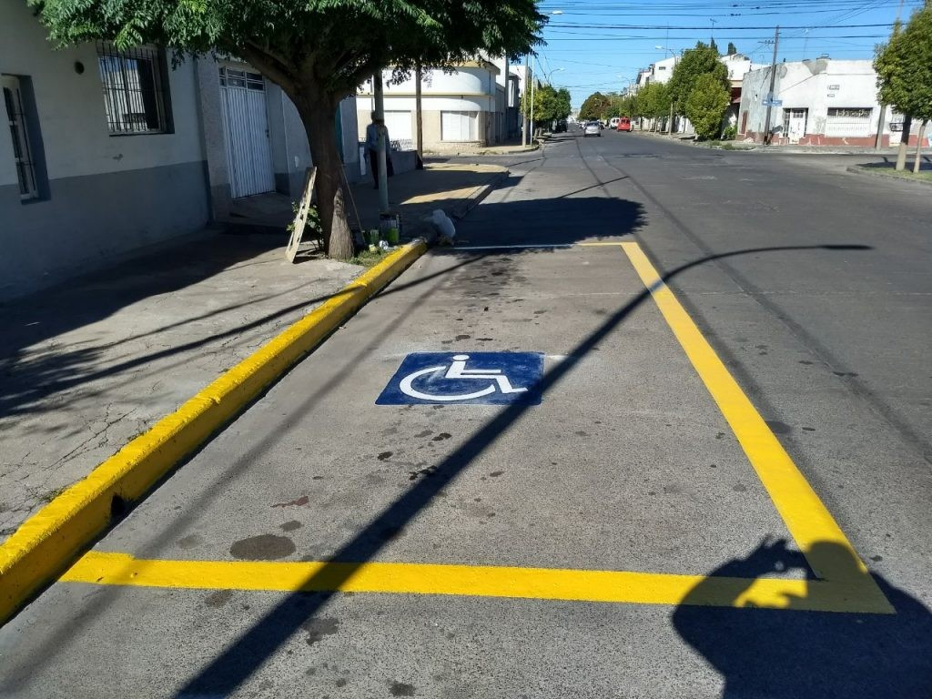 Seguridad vial: demarcaciones peatonales y espacios exclusivos para personas con discapacidad