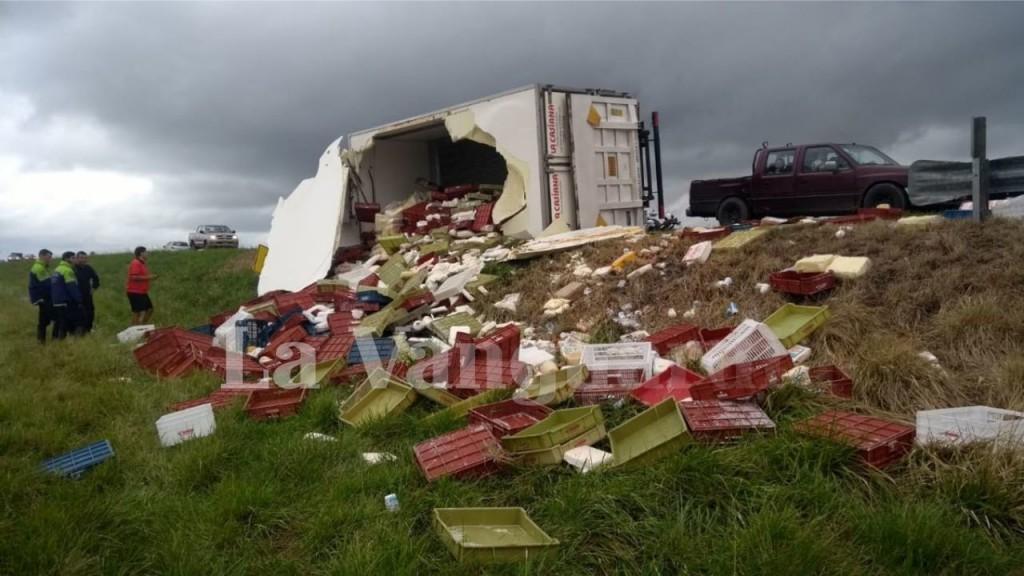 Volcó camión de La Casiana cargado