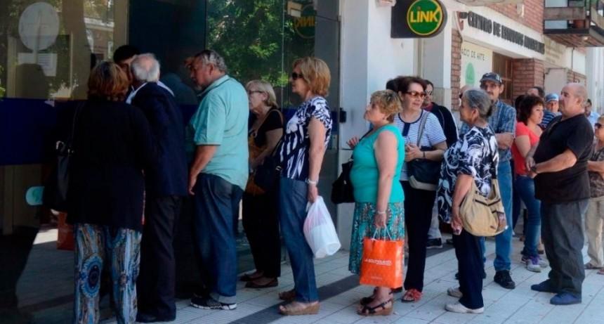 Filas en los bancos: piden aumentar el uso de los cajeros automáticos