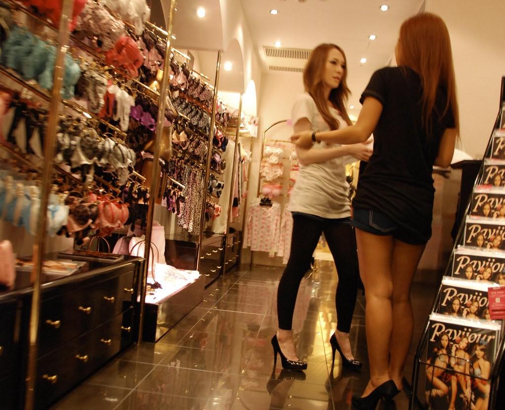 Las mujeres ganan menos pero pagan más, según la Defensoría del Pueblo