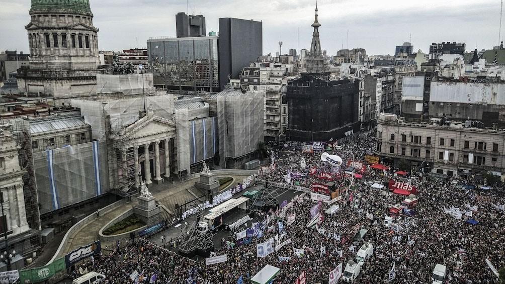 Una multitud manifiesta en el Congreso contra la violencia de género y por el aborto legal