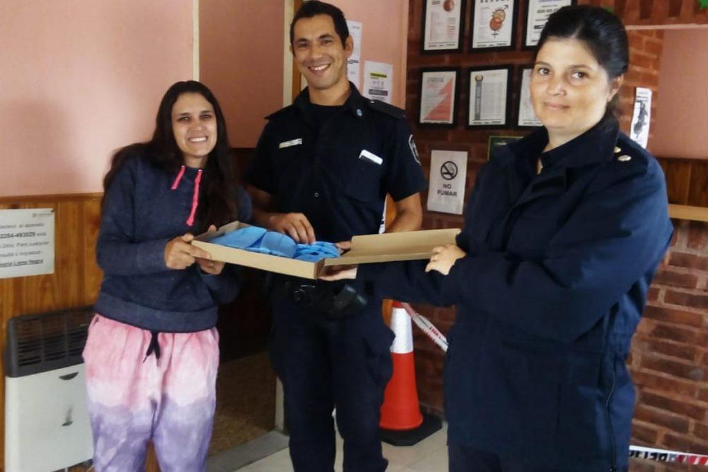 Donación de barbijos a policías y comerciantes lomanegrenses
