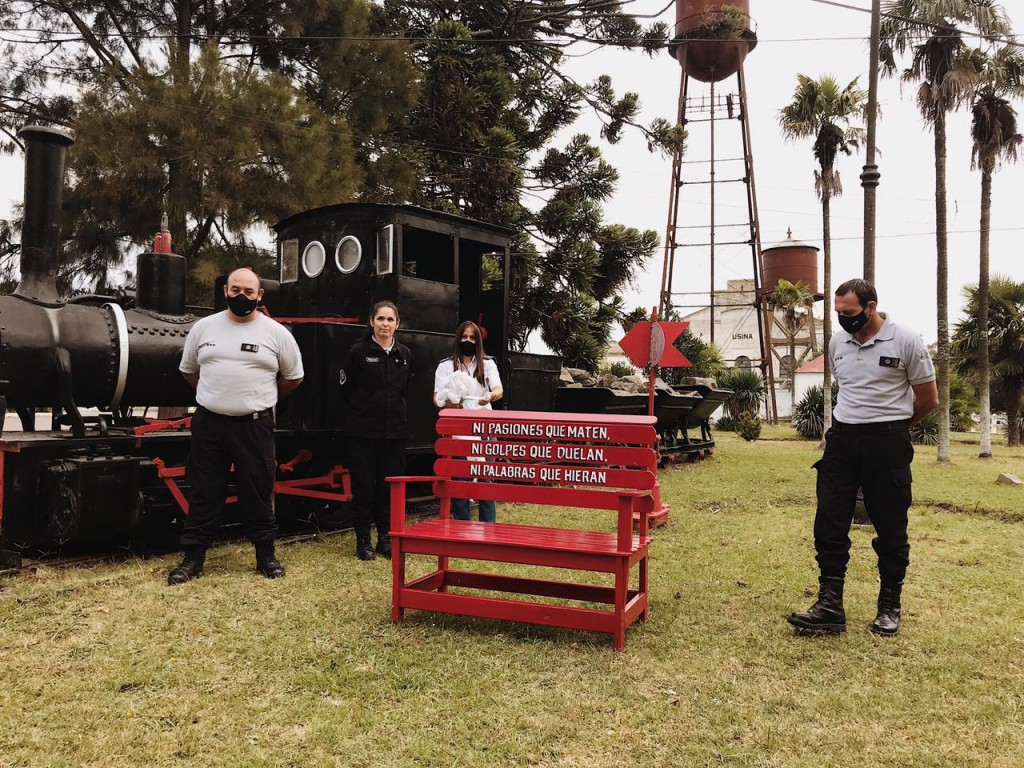 Inauguraron un Banco Rojo en el parque de la Unidad N°2 de Sierra Chica