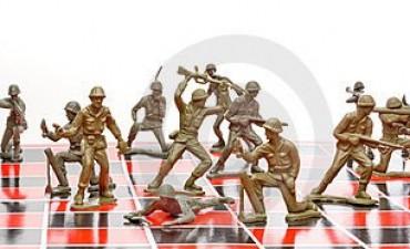 Los soldados del Ejército juegan al ajedrez