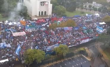 Una multitud demuestra su apoyo a la ex presidenta en su declaración en Tribunales