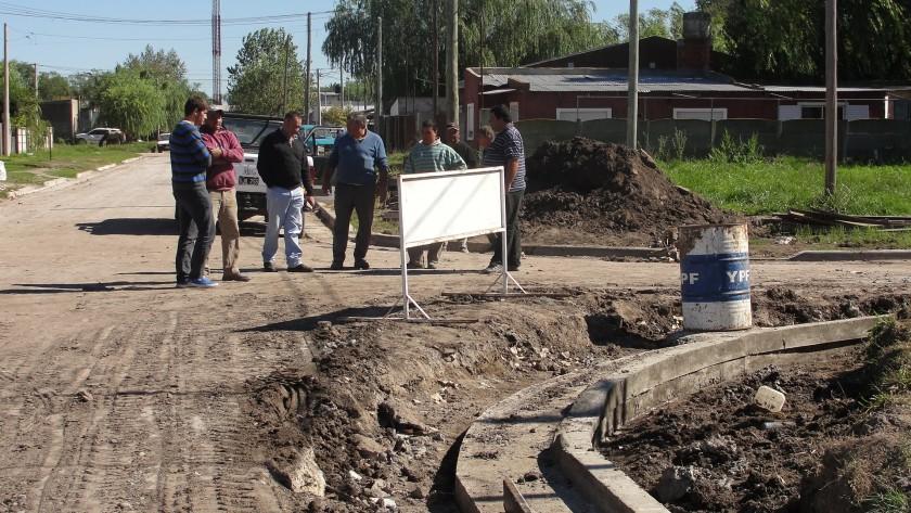 Alvear: El Intendente recorrió obras de red de agua y cordón cuneta