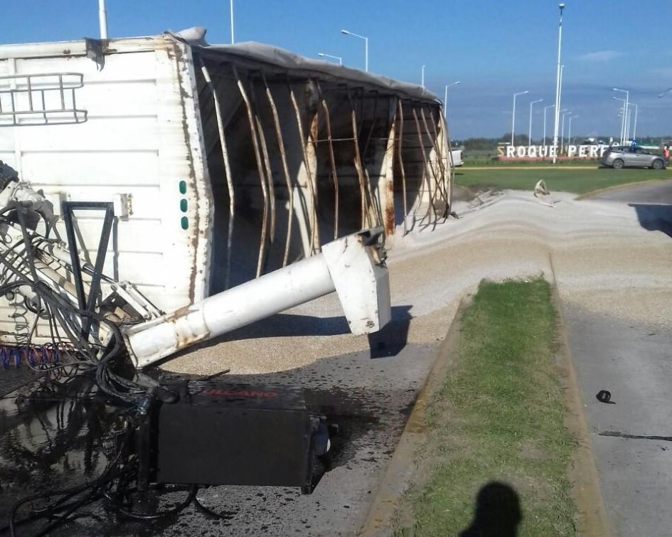 En Roque Pérez, volcó un acoplado con fertilizantes