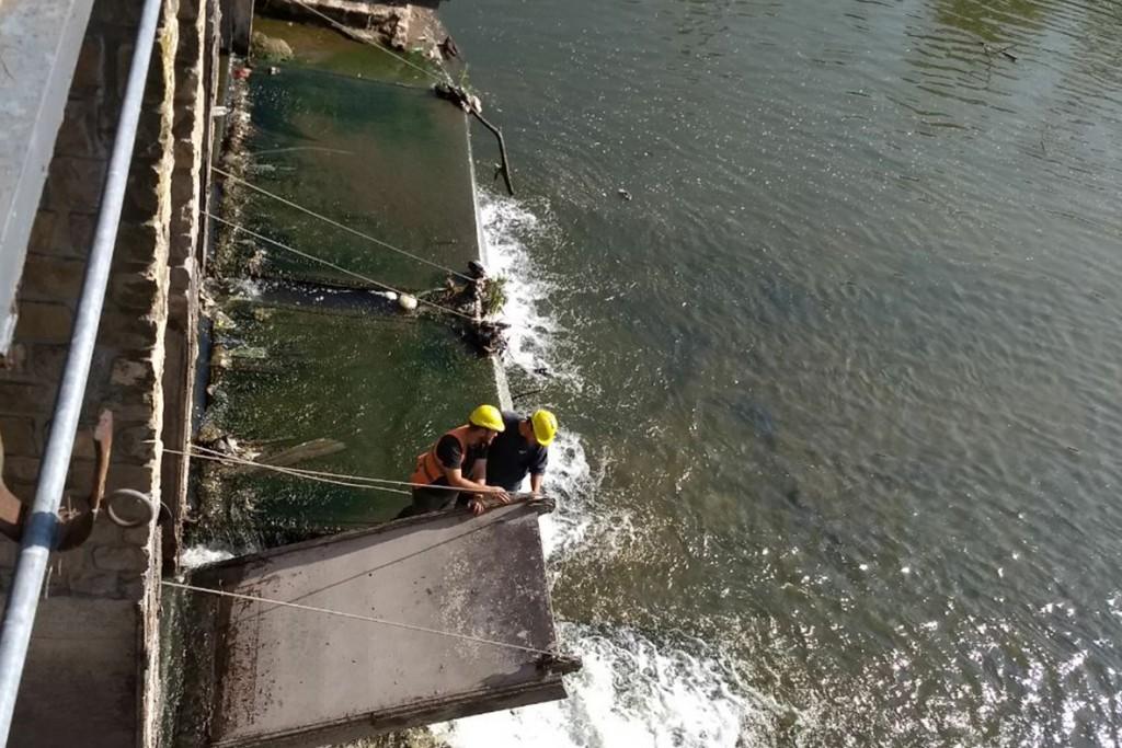 Mantenimiento y limpieza de compuertas en el Arroyo Tapalqué