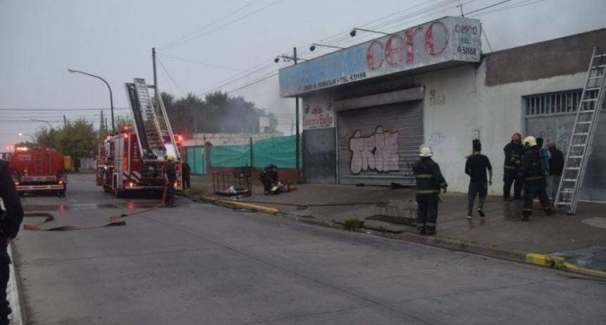 Tres dotaciones combatieron incendio en Súper Chino