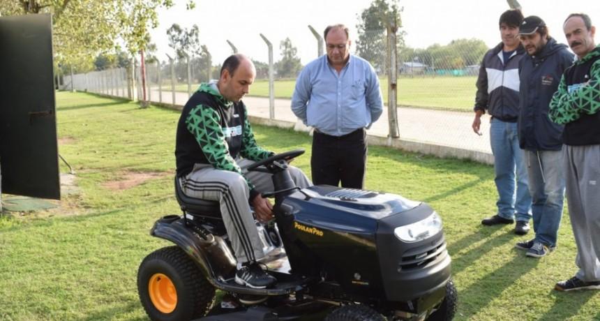 Alvear: el  Intendente Capra entregó mini tractor para cortar césped al C.E.F Nº 36